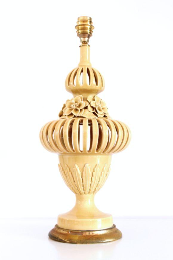 Gran lámpara de cerámica calada de Manises en color amarillo pálido, vintage años 50-60.