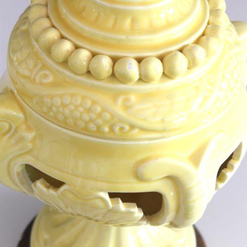 Lámpara de cerámica de Manises, de color amarillo y base de madera dorada. Vintage 50s-60s.