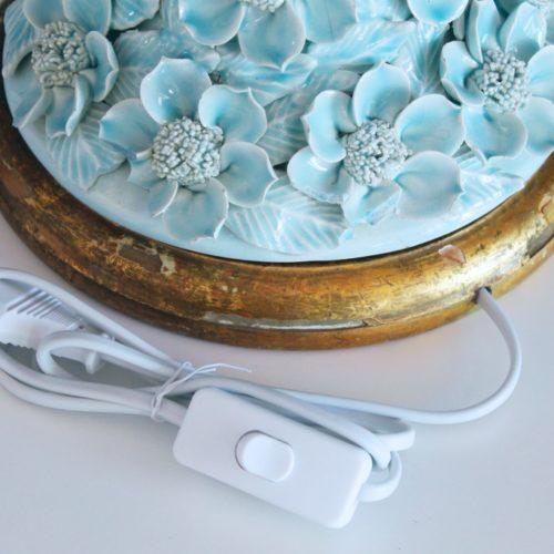 Lámpara de Manises en cerámica azul pálido. Cono de flores sobre peana dorada. Vintage 50s-60s.