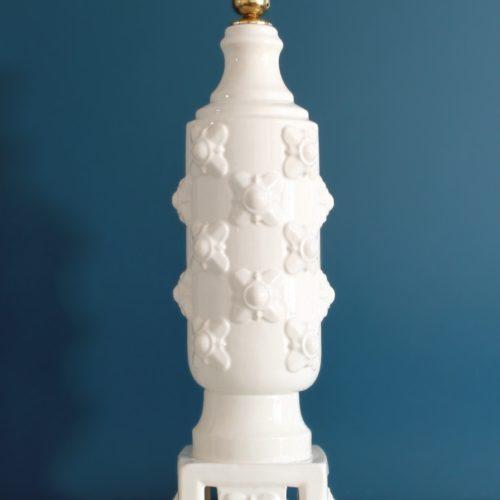 Gran lámpara de cerámica de Manises, C. Hispania. Columna blanca con flores. Vintage años 50-60s.