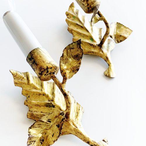 Pareja de apliques en forja dorada al pan de oro con diseño de hojas. Vintage 50s-60s.