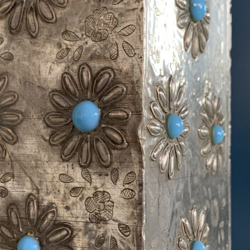 Lámpara de sobremesa de estaño tallado con flores y cuentas azules, vintage 50s-60s.