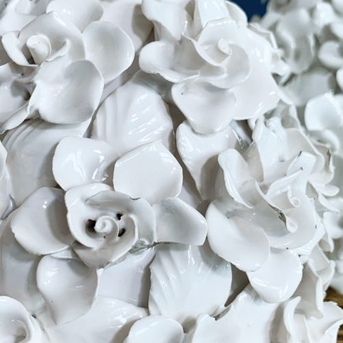 Preciosa pareja de lámparas de cerámica de Manises en color blanco con flores. Vintage 50s-60s.