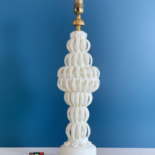 XXL Excelente lámpara vintage de cerámica de Manises, C. Bondía, blanca con hojas y flores, años 50-60.