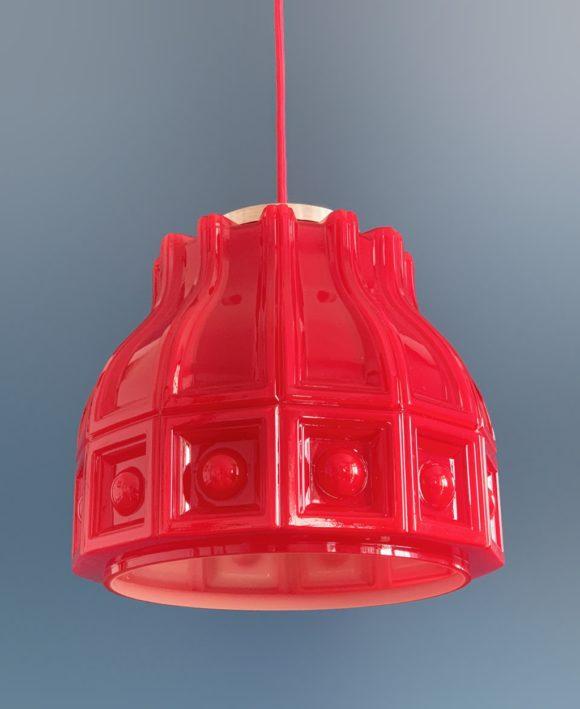 HELENA TYNELL para FLYGSFORS. Lámpara de techo de cristal opal rojo. Suecia, vintage años 60s.