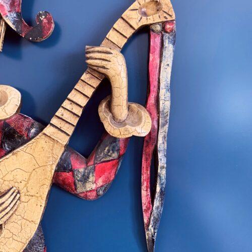 Arlequín con laúd. Talla de madera policromada. Escultura de decoración mural. Vintage años 50.