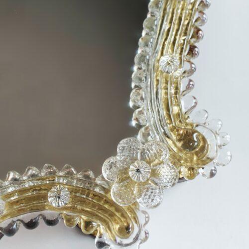 MURANO - Espejo veneciano antiguo con marco de flores de cristal.