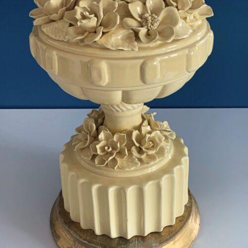 Gran lámpara de cerámica de Manises. Amarilla con peana de madera dorada. Vintage años 50s-60s.