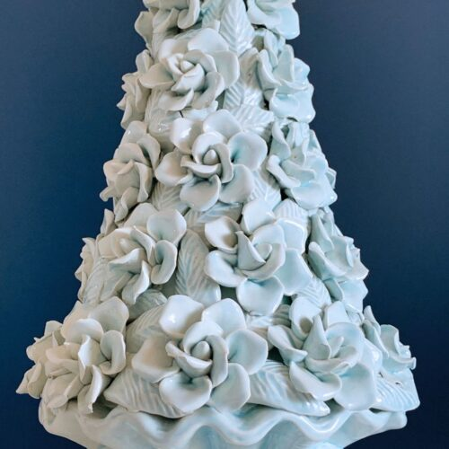 Gran lámpara de cerámica de Manises. Flores y hojas en color azul pálido. Vintage 50s-60s.