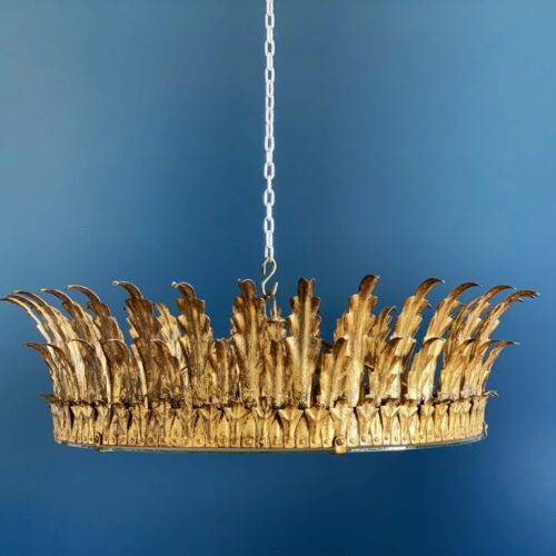 Gran lámpara o plafón sol en forja dorada, con diseño de hojas. Vintage años 50.