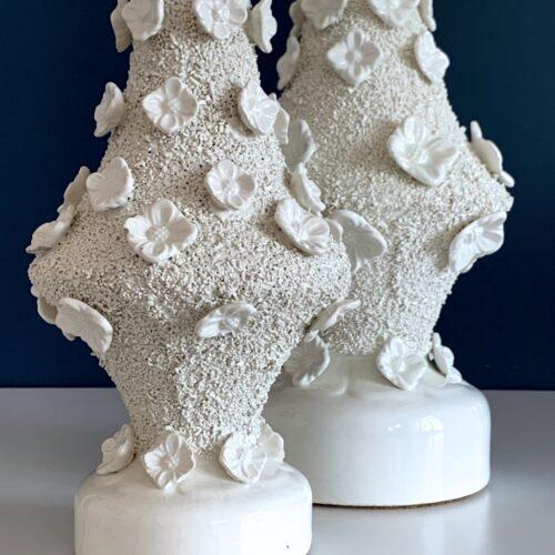 Pareja de lámparas de cerámica de Manises, Bondía. Cerámica blanca con flores. Vintage 50s-60s.