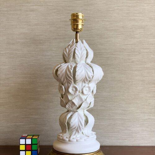 Excelente lámpara vintage de cerámica de Manises, C. Bondía, blanca con hojas y flores, años 50-60.