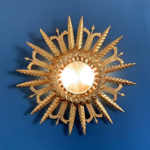 Lámpara plafón o aplique sol en forja dorada al pan de oro. Convertible en espejo retroiluminado. Vintage años 60.
