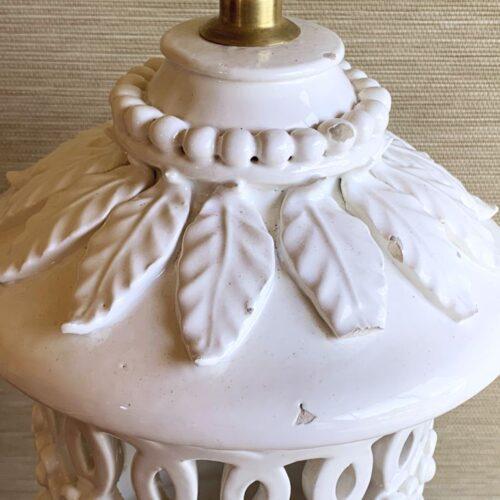 Gran lámpara de cerámica de Manises, en color blanco. Cerámica calada con flores y hojas. C. Hispania. Vintage años 50s- 60s.