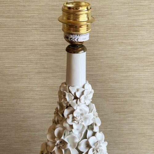 Excelente lámpara de cerámica de Manises en color blanco. Copa con flores. Vintage 50s-60s.