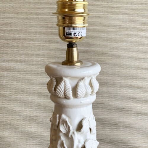 Excelente lámpara vintage de cerámica blanca de Manises, M. Navarro. Años 50-60.
