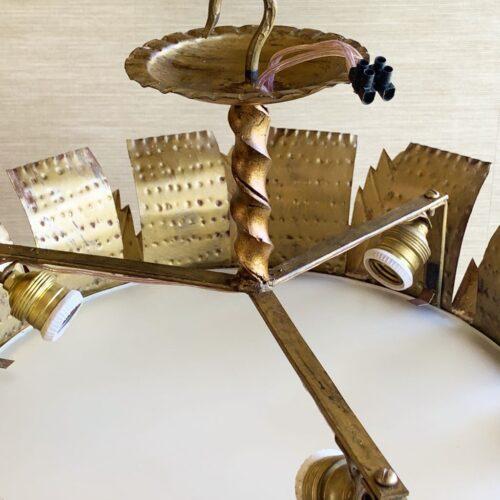 Gran lámpara plafón sol en forja dorada, con diseño de hojas. Vintage años 50.